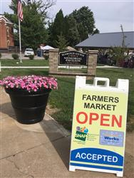 Image of farmers market sign that reads